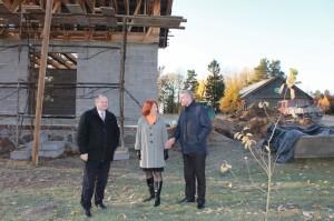 Klėties atstatymo darbais domisi LR Seimo pirmininkas Kęstas Komskis ir Pagėgių savivaldybės vise meras Sigitas Stony+s